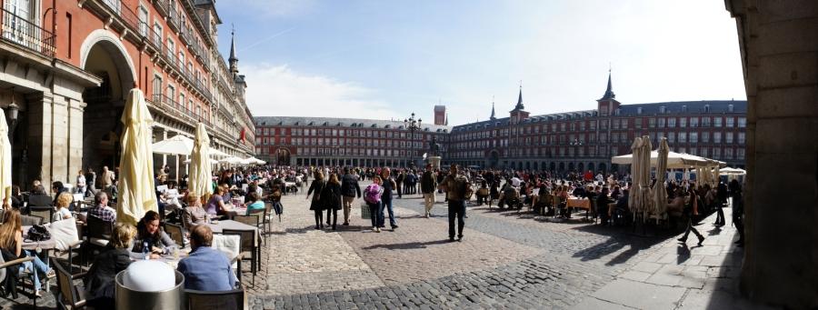 La gran Plaza Mayor en un dia perfecte per seure a les seves terrasses