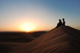 Observant la sortida del sol al desert. Marroc