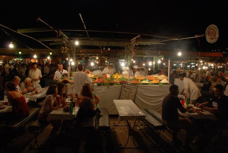 El secret per triar una bona paradeta per sopar a la Plaça Jemaa-el-Fna és que estigui ben plena de marroquins i pocs turistes…
