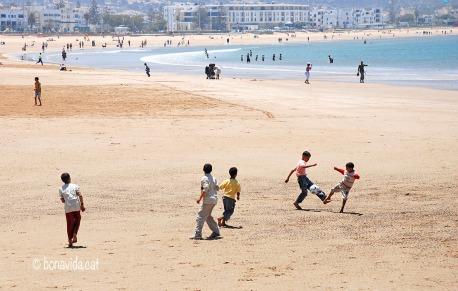 Nens jugant a la platja