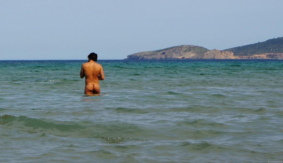 Els banyistes practiquen nudisme a la Platja d'Aigües Blanques