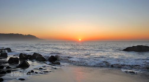 La platja sota el pont és magnífica per contemplar la posta de sol