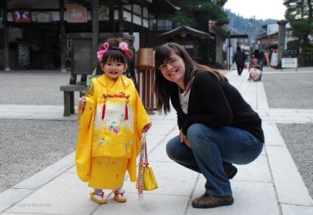 Cristina i la seva petita amiga a Takayama, Japó.