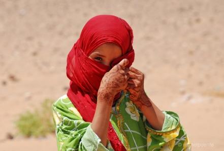 Noia bereber a prop de la ciutat d'Erfoud, Marroc.
