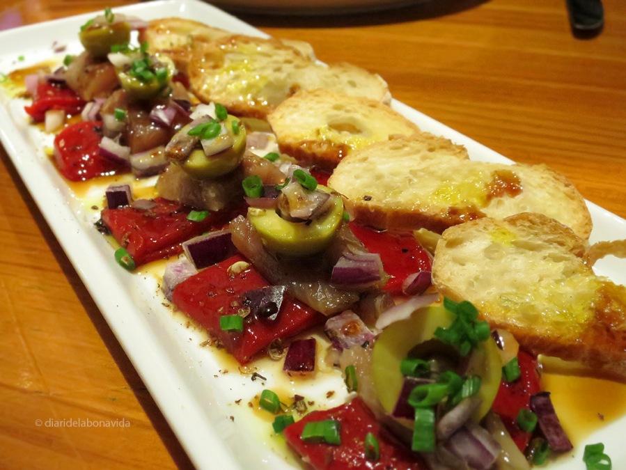 Sardines fumades amb pebrot del piquillo, olives i ceba