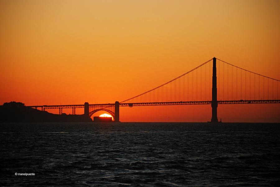 Des del vaixell podem veure com el Golden Gate es tenyeix de vermells quan el sol s'amaga