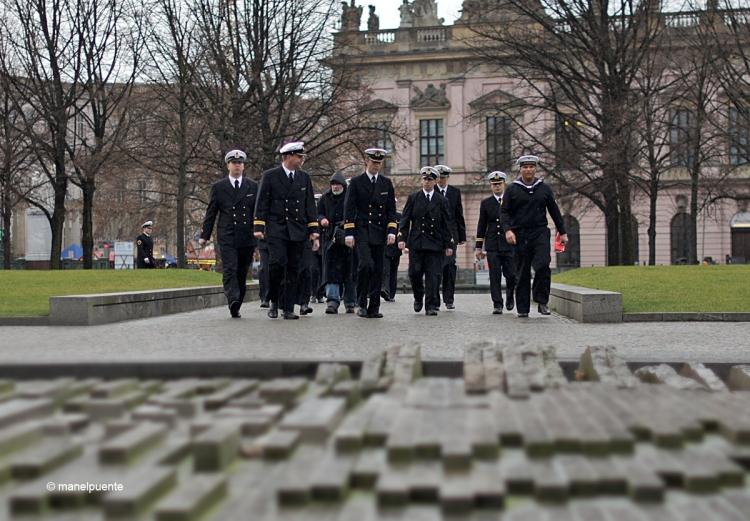 Un grup de mariners passegen pels jardins de Am Lustgarten