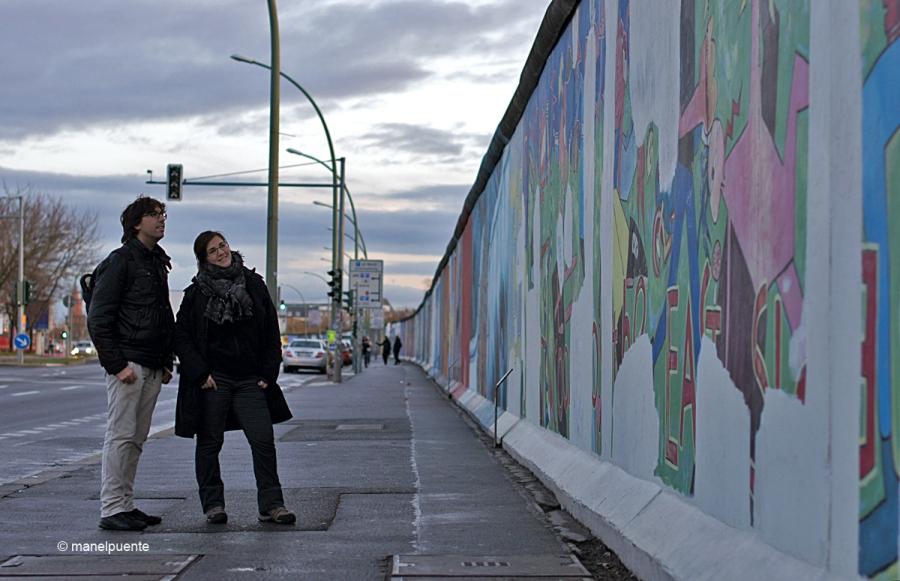Entre l'estació de trens d'Ostbahnhof i el riu Spree, podem trobar el fragment de Mur més llarg que es conserva: 1'3 km.