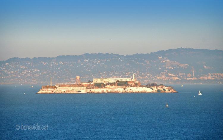 La illa, encara que de petites dimensions, destaca clarament a la Badia de San Francisco