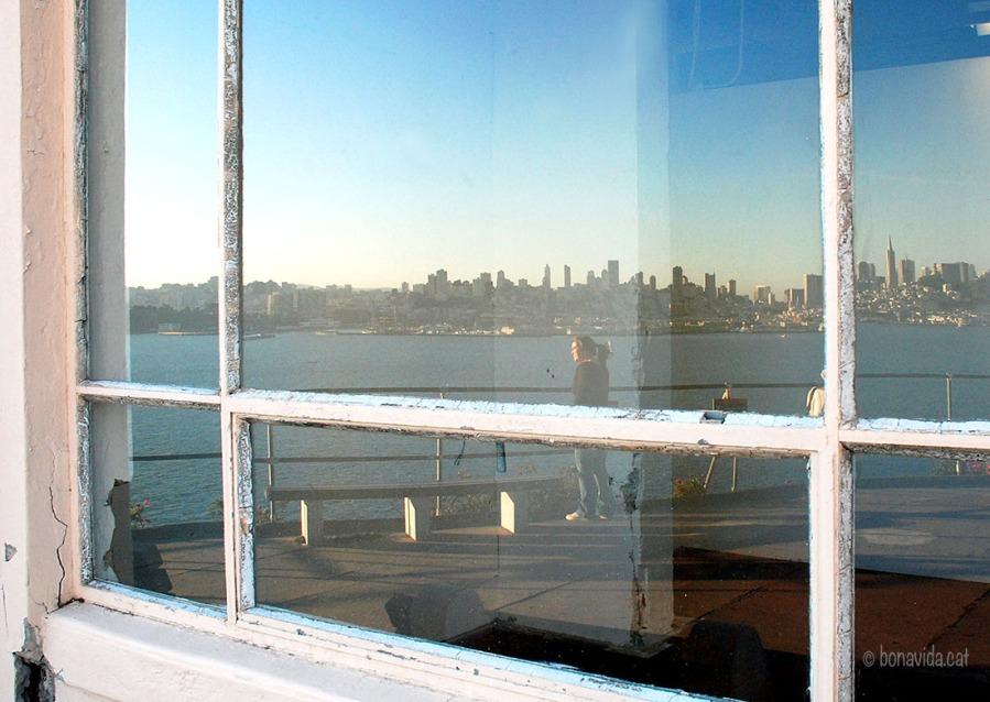Cristina i San Francisco reflectits a les velles finestres del recinte d'Alcatraz