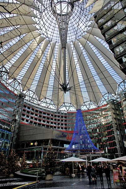La moderna cúpula de l'Edifici Sony Center acull unes galeries comercials i alguns bars i restaurants