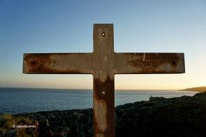 Aquesta creu rovellada presideix les vistes de la Boca do Inferno