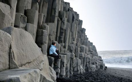 A la platja de Reynisfjara trobem formacions rocoses ben estranyes