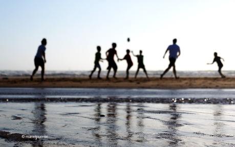 Un grup de joves juguen a la platja do Guincho