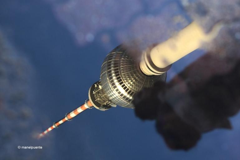 Reflex de la torre un dia de pluja a Berlín