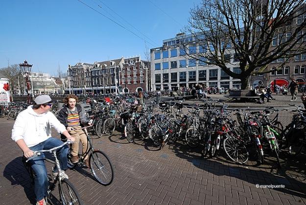 joves_bicis_amsterdam