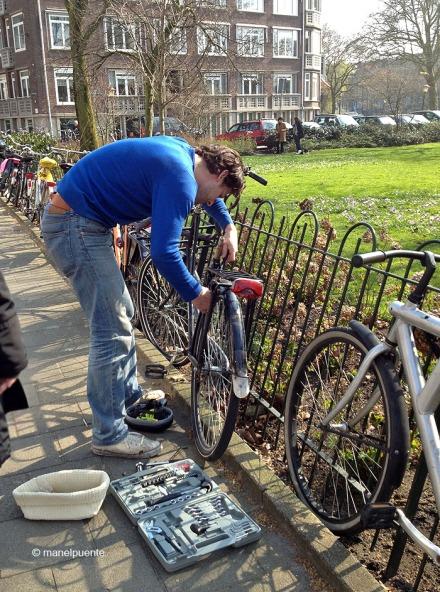 arreglant_bici_amsterdam