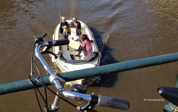 barca_canal_amsterdam