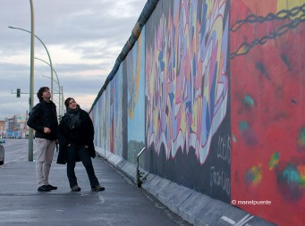 Observant el Mur de Berlín