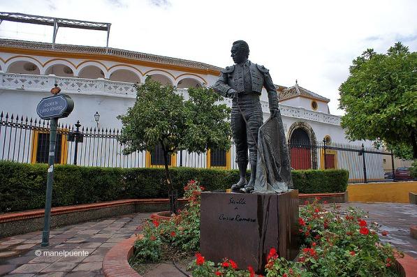 Aquesta glorieta en honor al famós torero Curro Romero està situada darrera la Plaza de Toros de la Maestranza