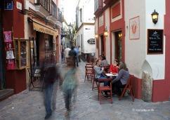 A qualsevol lloc de la ciutat trobarem un munt de bars on fer un descans, com aquests del carrer Santa Teresa