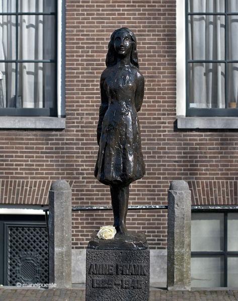 Escultura d'Ana Frank davant la seva casa-museu