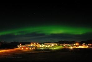Aurora boreal al poble de Höfn, Islàndia