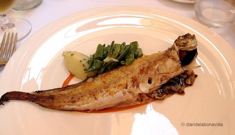 Molla a la planxa amb verdures (la foto és mitja ració i pertany al menú)