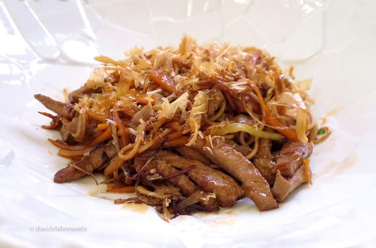 Wok de vedella amb verduretes i fideus soba (plat de menú)