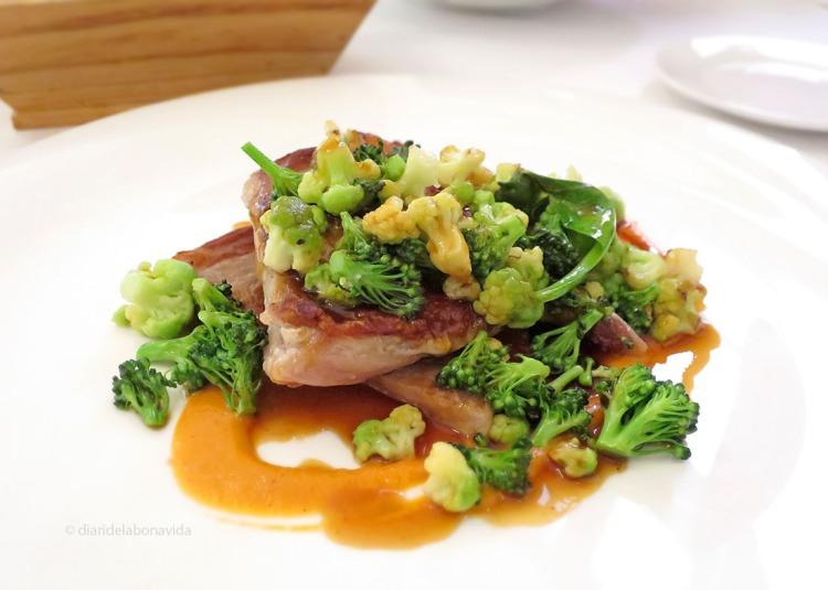 Secret de porc a la planxa, brocoli i el seu suc (plat de menú)