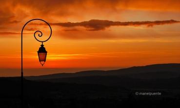 Posta de sol al poble de Bonnieux. La Provence, França