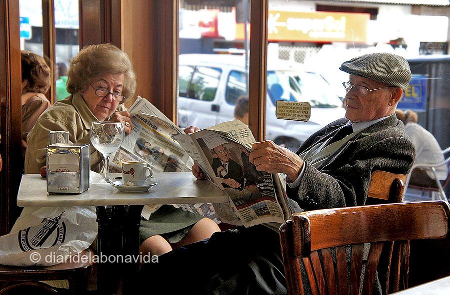 Un dia tranquil, el diari, el cafè... Que més es pot demanar?