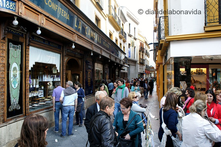 La confiteria La Campana, al carrer Sierpes, és famosa pels seus berenars