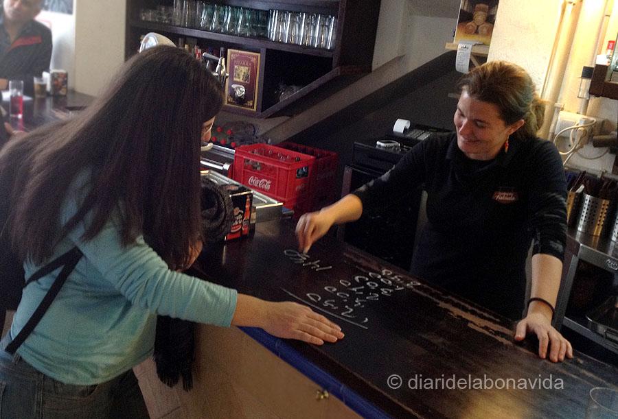 Ens encanta quan demanes el compte i t'ho preparen a la barra del bar!