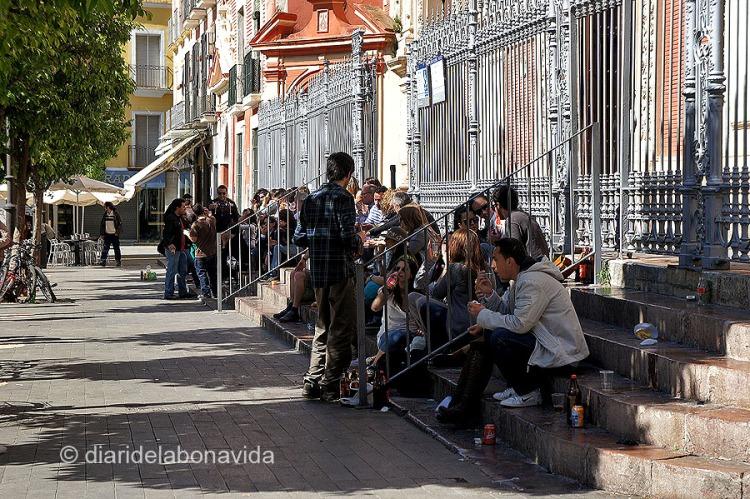 La Plaza San Salvador és un lloc conegut on es reuneixen molts joves per beure i xerrar