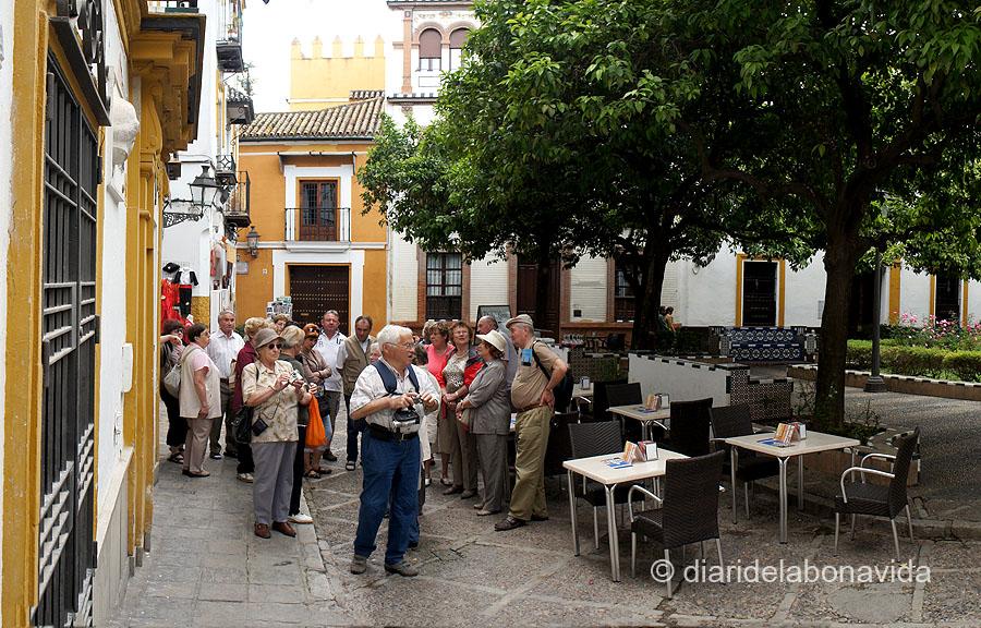 S'ha de vigilar on seiem. En qualsevol moment podem trobar la terrassa triada envoltada de turistes!
