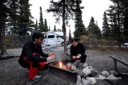 Preparant la barbacoa. Alaska