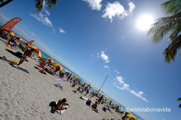 La platja de Waikiki, i el sol, conviden a tumbar-se a la sorra