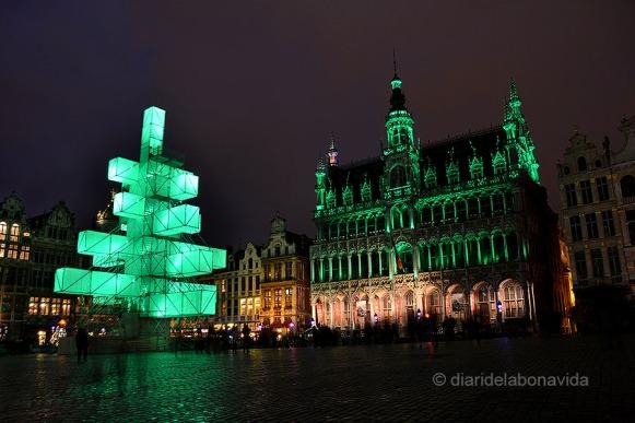 La Grand Place, o Grote Markt, amb el polèmic Xmas Tree