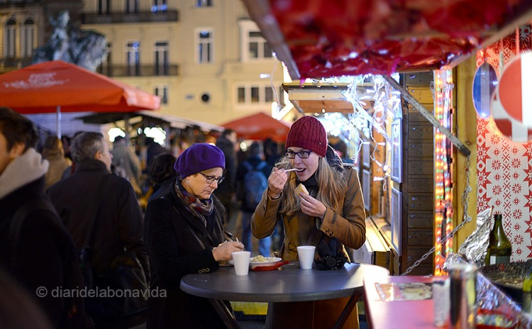 La gent no para de beure i menjar al carrer