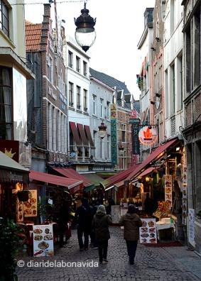 Rue des Bouchers plena de restaurants turístics