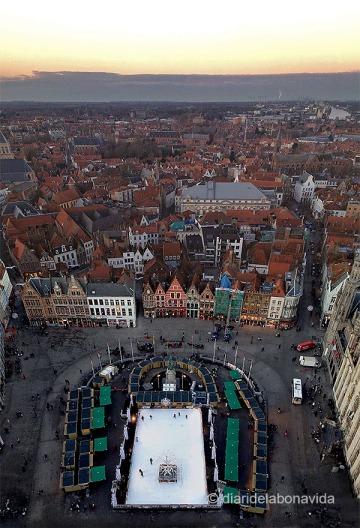 Des del campanar observem perfectament Grote Markt. I si és època nadalenca podrem veure els mercats i la pista de gel.