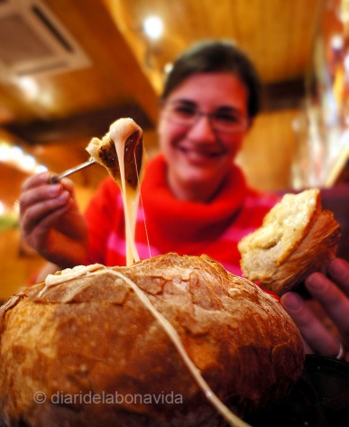 Tastem la fondue de formatge feta dins d'un pa de pagès