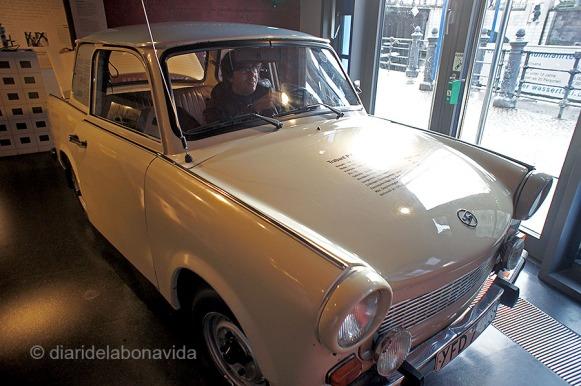 """Feina difícil entrar al petit """"Trabant"""", el cotxe més famós de l'època"""