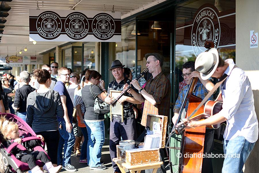 Sempre hi ha músics davant del primer establiment que es va crear de l'Starbucks