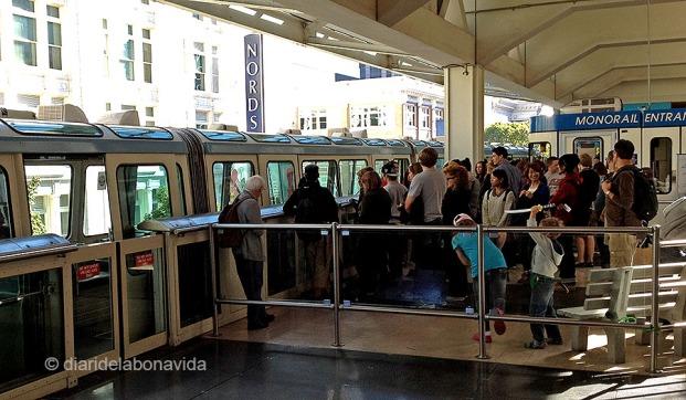 Cua per entrar al monorail