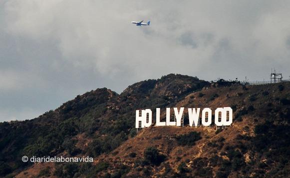 A les afores de la ciutat, el cartell amb les lletres de Hollywood també s'ha convertit en una icona clàssica
