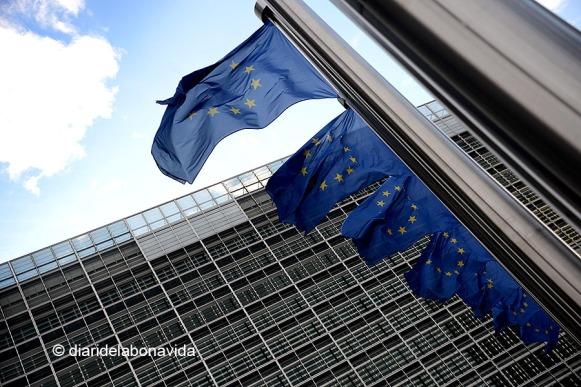 L'edifici de la Comissió amb les inconfusibles banderes europees