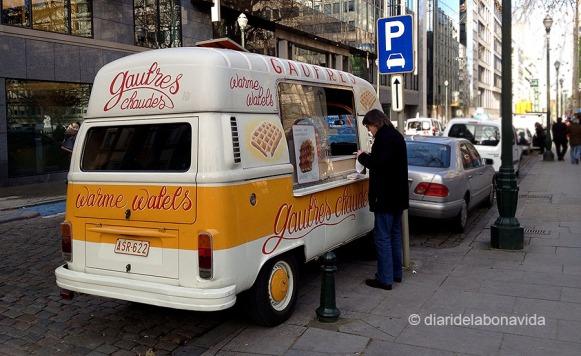 La varietat per menjar al barri és enorme. De de selectes restaurants a furgonetes on venen gofres