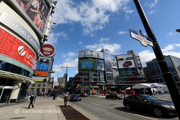 Dundas Square, és l'equivalent a Times Square de Toronto